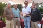 2009-09-30-premiazione-villa-de-sanctis-rossolino-1-clas-o-50-lib-premiano_-assessore-vi-municipio-piccari-presidente-del-circolo-guidobaldo-com-gramellini.jpg
